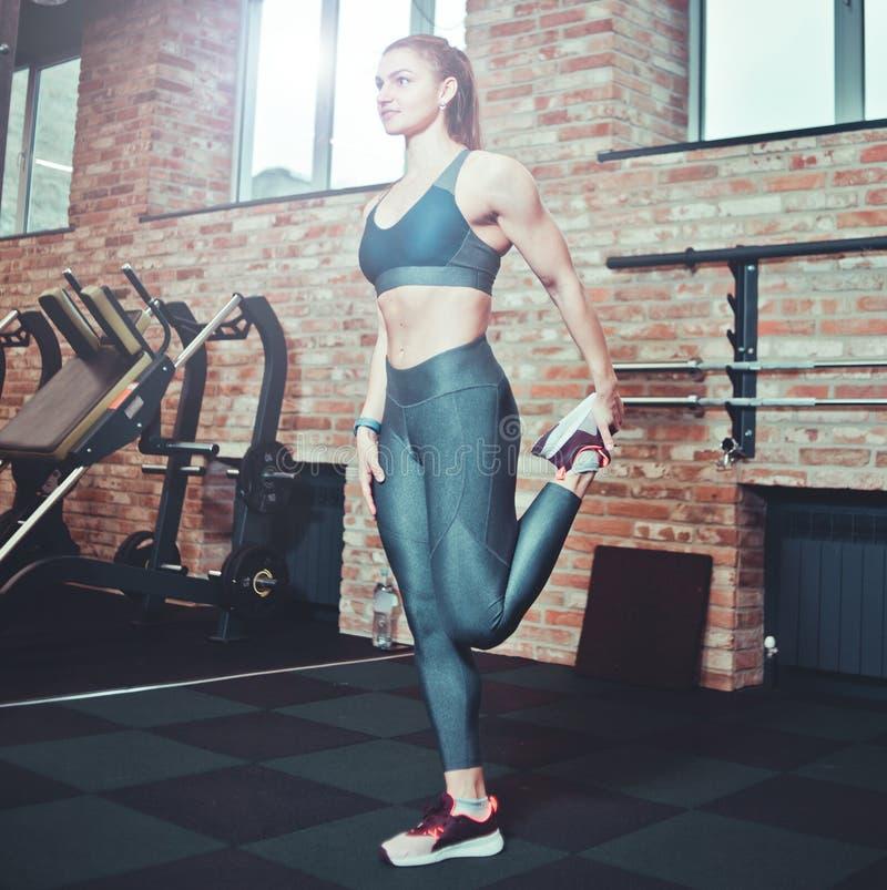 Mujer joven atlética con el cuerpo perfecto en ropa de deportes imagen de archivo