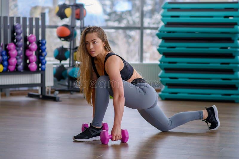 Mujer joven atlética durante entrenamiento en la clase de la aptitud Muchacha atractiva hermosa con el cuerpo perfecto y la forma imágenes de archivo libres de regalías