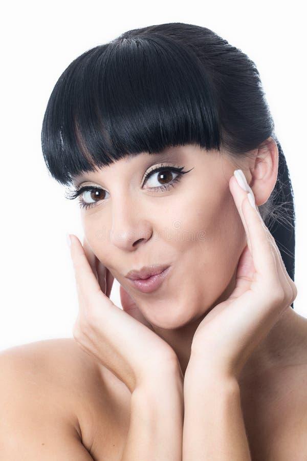 Mujer joven atractiva alegre linda feliz que parece satisfecha foto de archivo libre de regalías