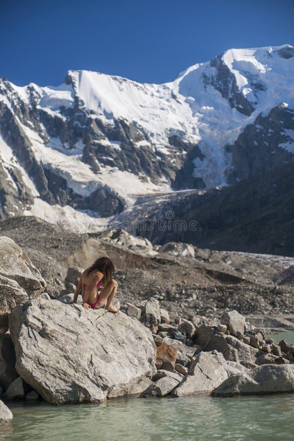 Mujer joven atractiva cerca del lago de la montaña imágenes de archivo libres de regalías