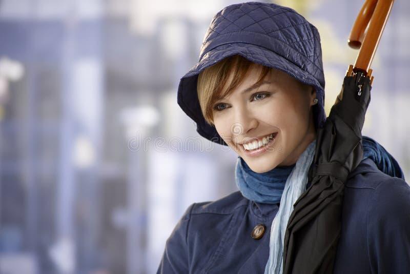 Mujer joven atractiva con el paraguas imágenes de archivo libres de regalías