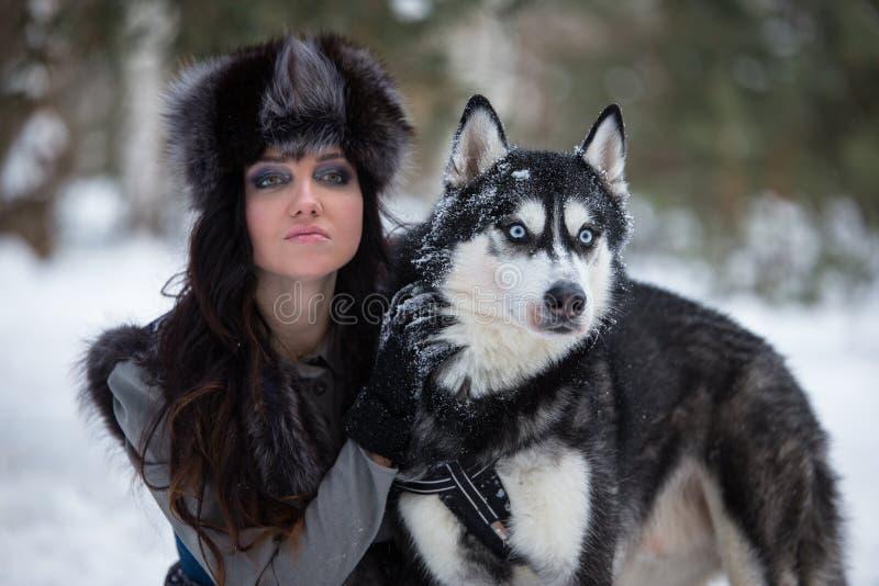 Mujer joven atractiva con el retrato fornido del perro imágenes de archivo libres de regalías