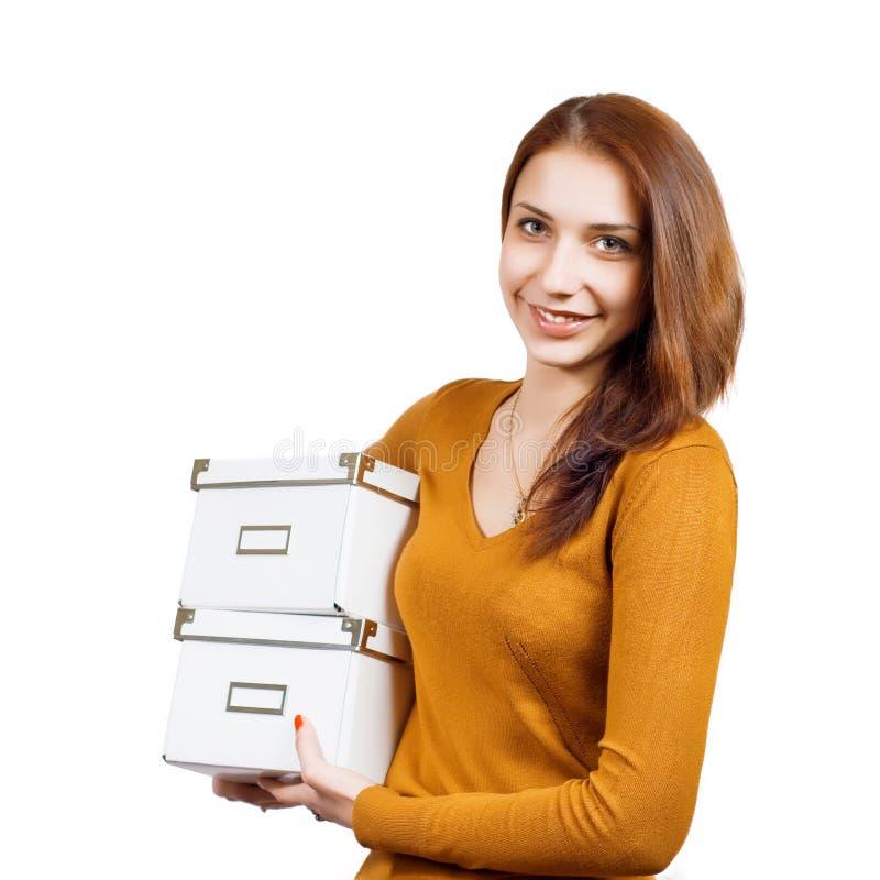 Mujer joven atractiva con los paquetes sobre blanco imagenes de archivo