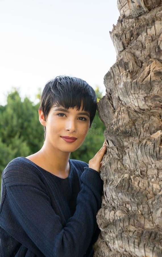 Mujer joven atractiva con sonrisa amistosa del pelo elegante corto imagenes de archivo