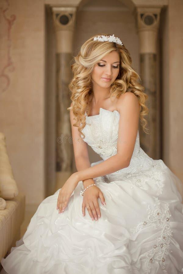 Mujer joven atractiva de la novia en vestido de boda Wi hermosos de la muchacha fotos de archivo libres de regalías