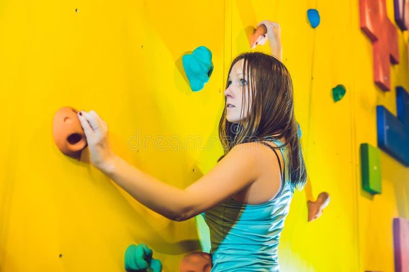 Mujer joven atractiva del escalador del deporte profesional que tiene trainin imagen de archivo libre de regalías