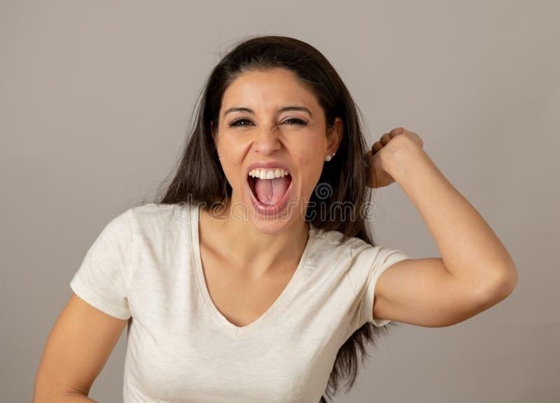 Mujer joven atractiva emocionada y eufórica feliz que celebra triunfo y éxito del dinero fotografía de archivo