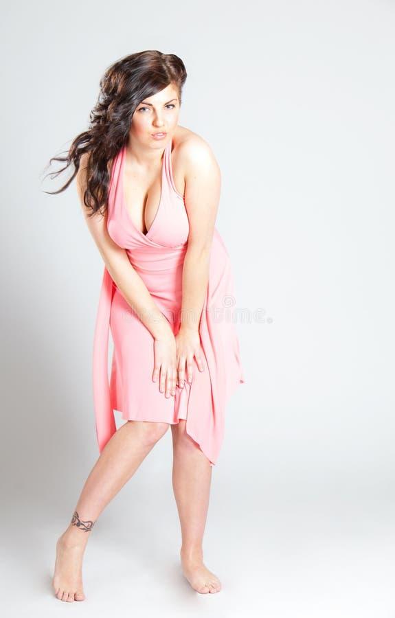 Mujer joven atractiva en alineada rosada fotografía de archivo