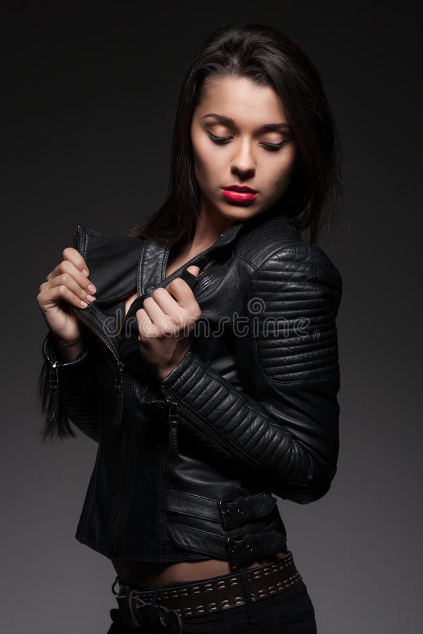 Mujer atractiva en chaqueta negra imagen de archivo libre de regalías
