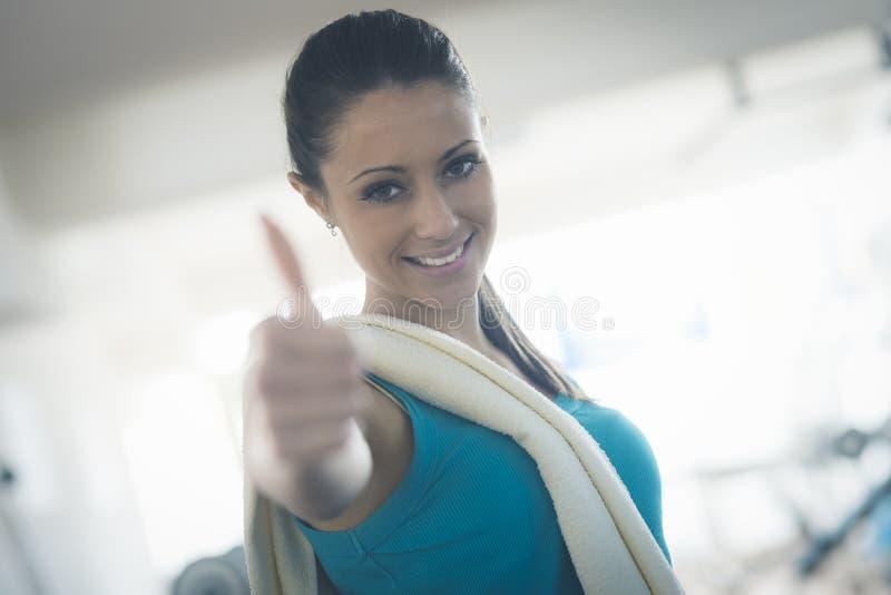 Mujer joven atractiva en el gimnasio fotos de archivo