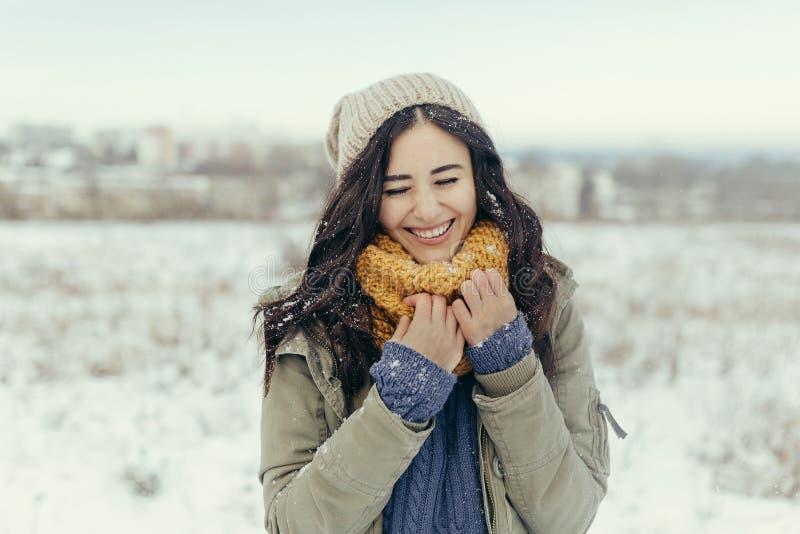 Mujer joven atractiva en el invierno al aire libre fotos de archivo