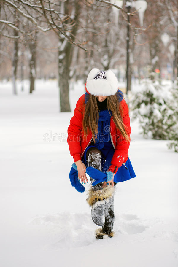 Mujer joven atractiva en el invierno al aire libre La muchacha en ropa coloreada fotos de archivo libres de regalías