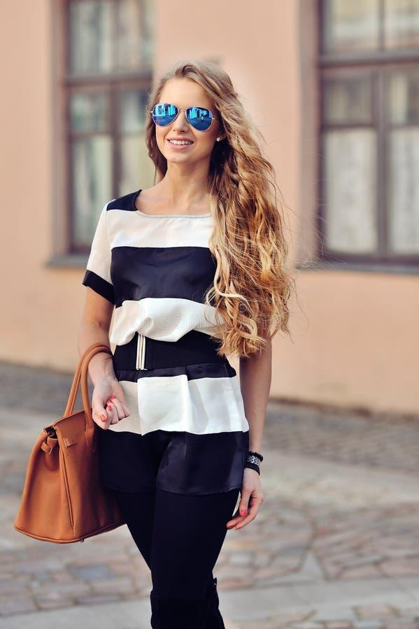 Mujer joven atractiva en gafas de sol imágenes de archivo libres de regalías