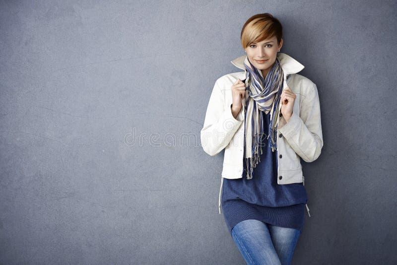 Mujer joven atractiva en la chaqueta blanca imagen de archivo