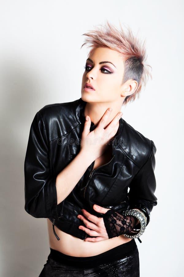 Mujer joven atractiva en traje punky foto de archivo libre de regalías