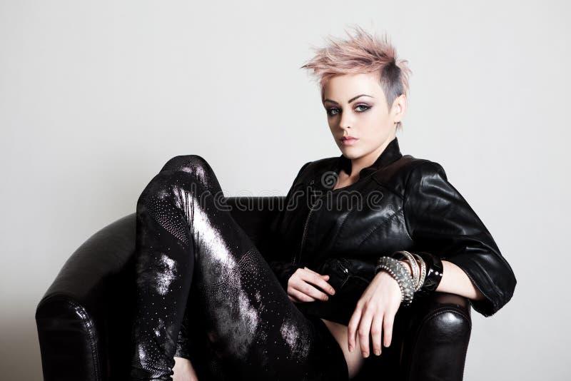 Mujer joven atractiva en traje punky fotografía de archivo libre de regalías