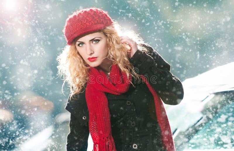 Mujer joven atractiva en un tiro de la moda del invierno imagenes de archivo