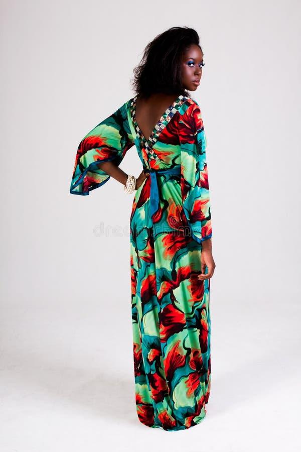 Mujer joven atractiva en una alineada colorida fotos de archivo