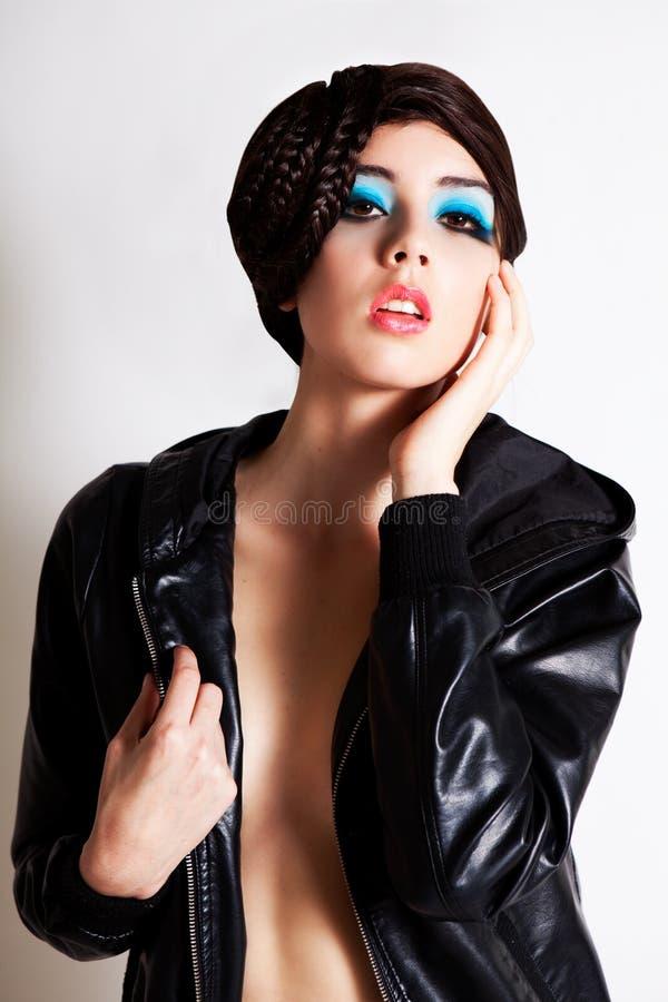 Mujer joven atractiva en una chaqueta sin la camisa foto de archivo libre de regalías