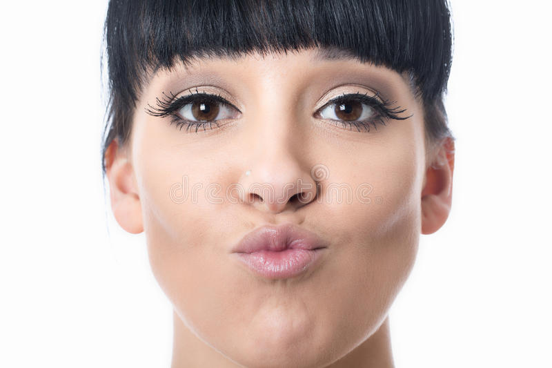 Mujer joven atractiva feliz hermosa con los labios puestos mala cara imagenes de archivo