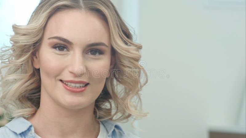 Mujer joven atractiva feliz que habla con la cámara foto de archivo libre de regalías