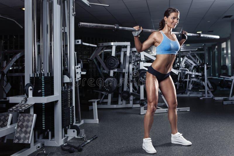 Mujer joven atractiva hermosa en gimnasio fotografía de archivo libre de regalías