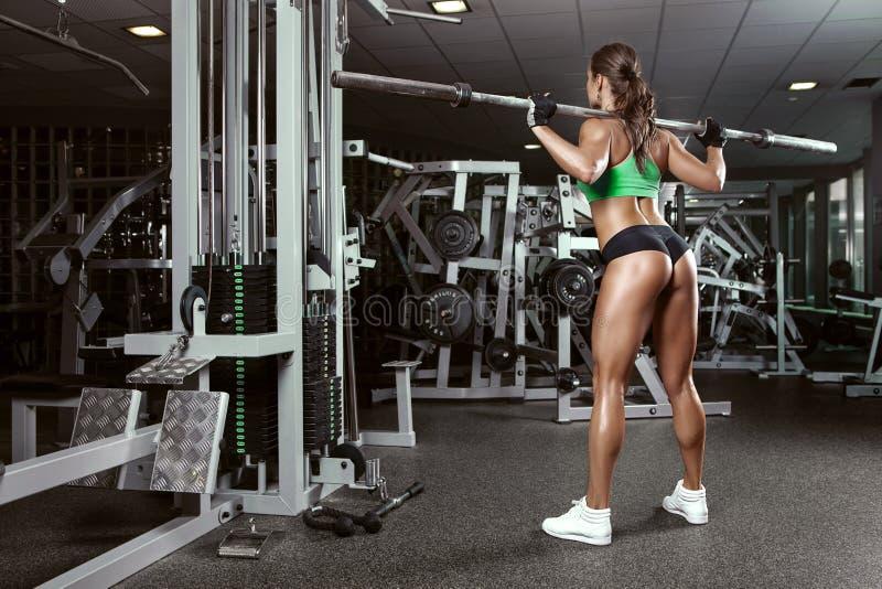 Mujer joven atractiva hermosa en gimnasio imagen de archivo
