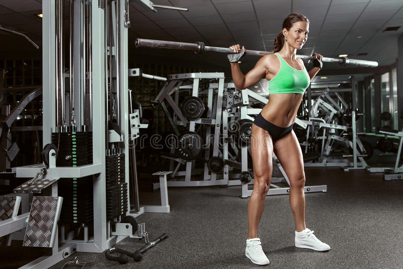 Mujer joven atractiva hermosa en gimnasio foto de archivo libre de regalías