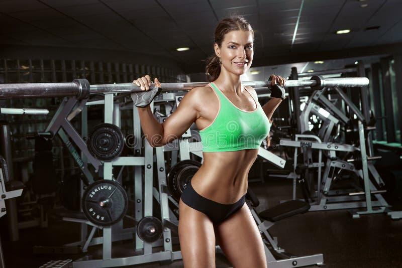 Mujer joven atractiva hermosa en gimnasio imagen de archivo libre de regalías
