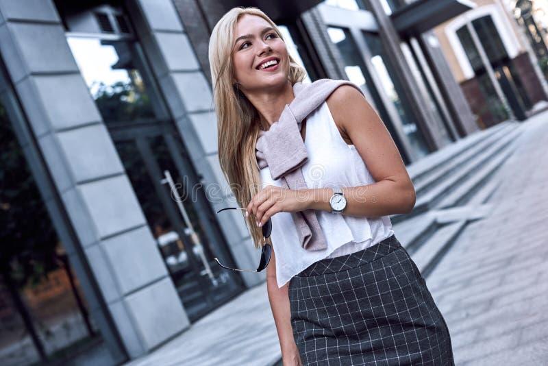 Mujer joven atractiva que camina al aire libre imagen de archivo
