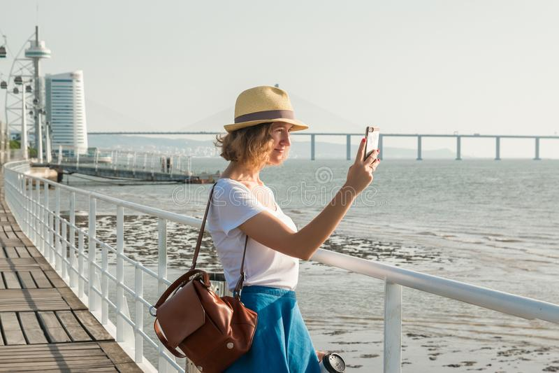 Mujer joven atractiva que camina en Lisboa cerca del río de Tajus en el parque de las naciones fotografía de archivo libre de regalías