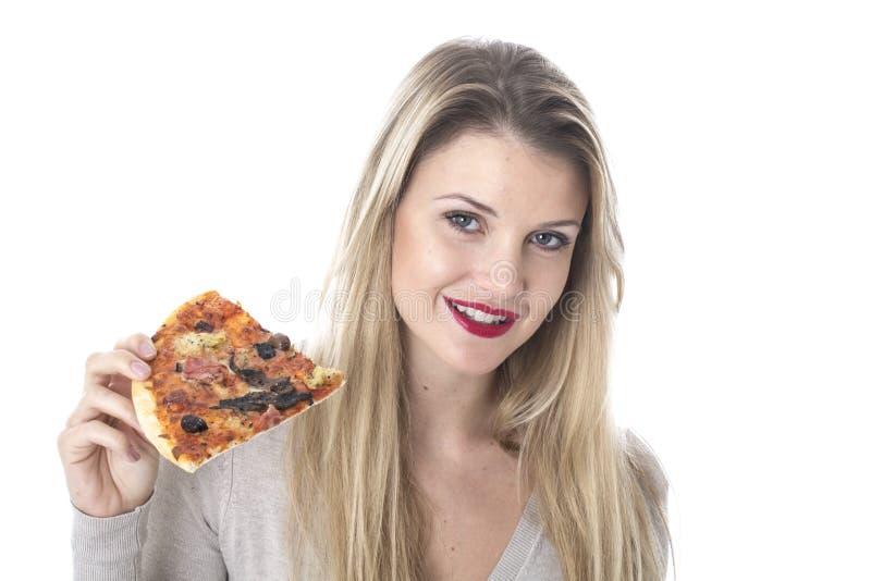 Mujer joven atractiva que come la pizza foto de archivo libre de regalías