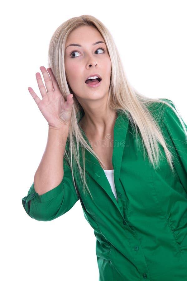 Mujer joven atractiva que escucha detras de las puertas - aislada en blanco. fotografía de archivo