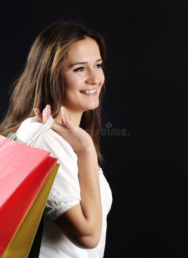 Mujer joven atractiva que hace compras imagenes de archivo