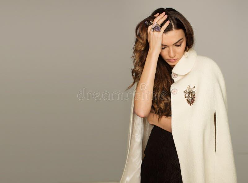 Mujer joven atractiva que lleva el vestido de noche negro hermoso y foto de archivo libre de regalías