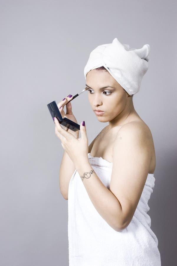 Mujer Joven Atractiva Que Pone En Maquillaje Foto De Archivo