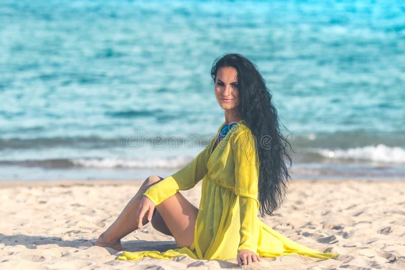 Mujer joven atractiva que presenta en la playa tropical de la isla de Bali, Indonesia asia imagenes de archivo