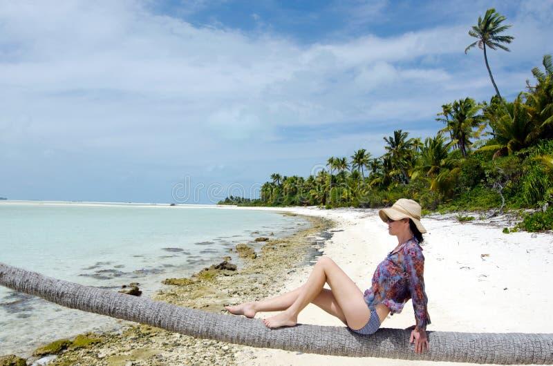 Mujer joven, atractiva que se relaja en la isla tropical abandonada fotografía de archivo libre de regalías