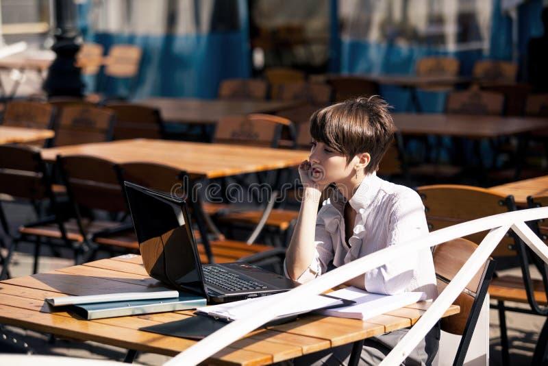 Mujer joven atractiva que usa la computadora portátil imágenes de archivo libres de regalías