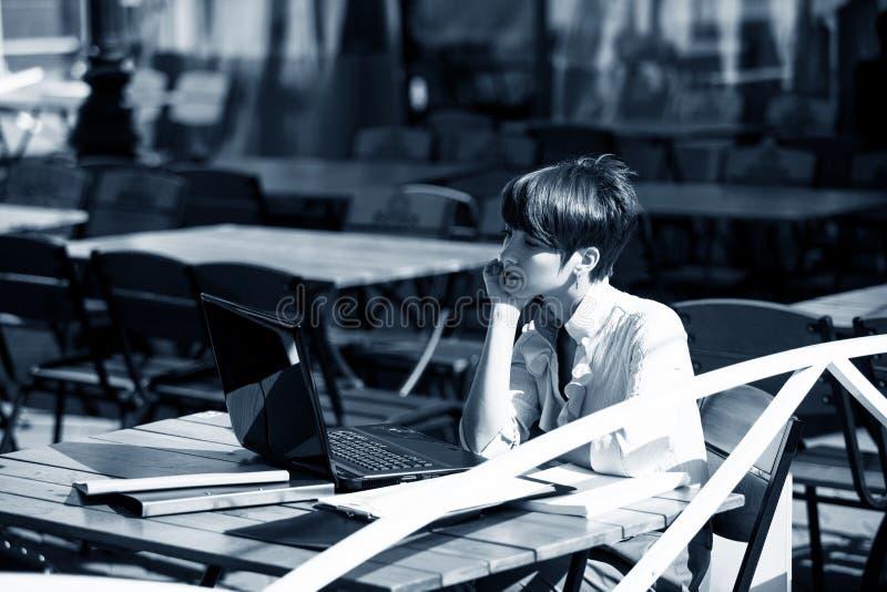 Mujer joven atractiva que usa la computadora portátil fotos de archivo libres de regalías