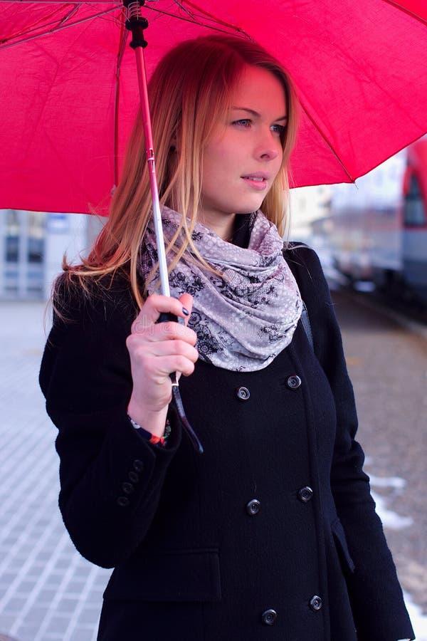 Mujer joven bajo el paraguas fotografía de archivo libre de regalías