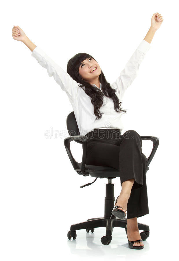 Mujer joven bastante emocionada que se sienta en silla imágenes de archivo libres de regalías