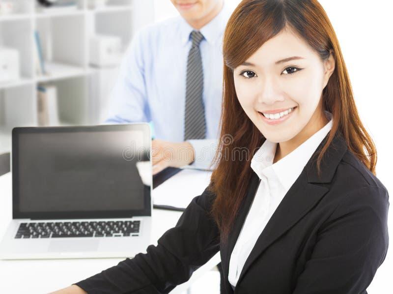 Mujer joven bastante profesional con el colega i imagen de archivo libre de regalías