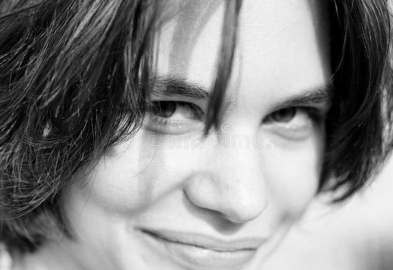Mujer joven blanco y negro imagen de archivo