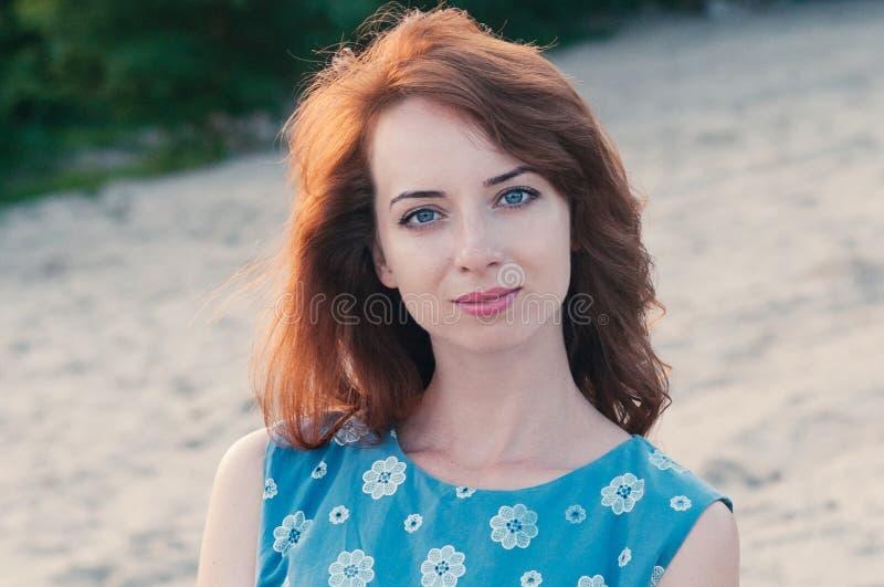 Mujer joven bonita en el vestido azul, verano, moda fotografía de archivo