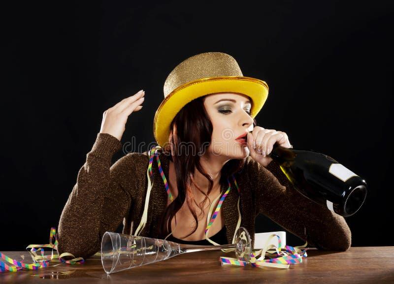 Mujer joven borracha que celebra Noche Vieja. foto de archivo libre de regalías