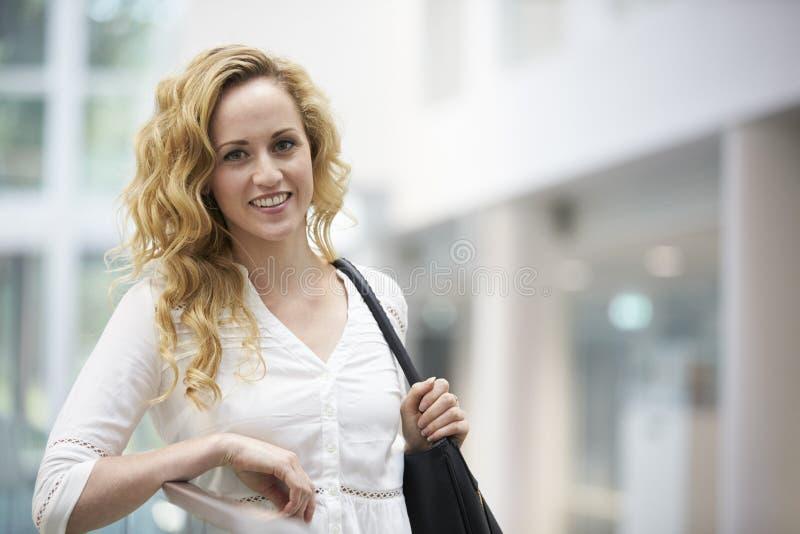 Mujer joven cabelluda rubia que se inclina en interior moderno fotografía de archivo