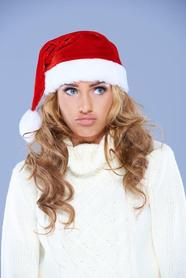 Mujer joven carismática que lleva un sombrero rojo de Papá Noel foto de archivo