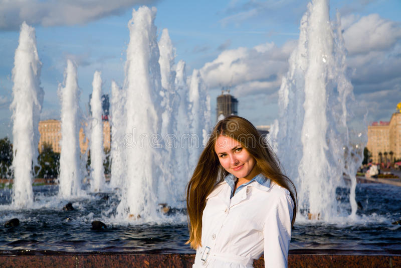 Mujer joven cerca de la fuente fotos de archivo libres de regalías