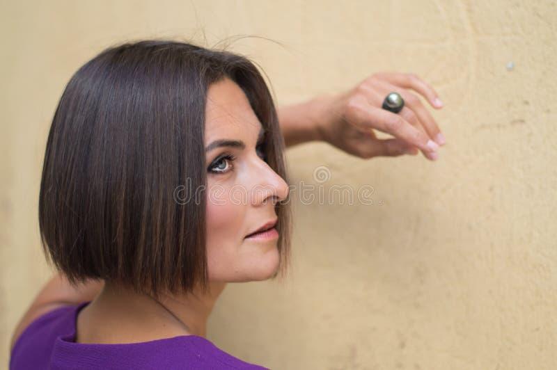 Mujer joven cerca de la pared vieja pfoto fotos de archivo libres de regalías